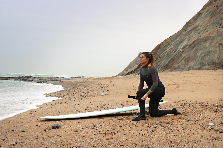 Backzip Anzug und Neoprenschuhe zum Surfen