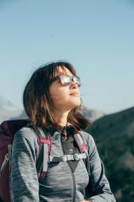 Frau mit Brille auf Berg
