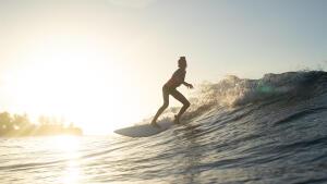 fille qui surf