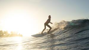 meisje dat surft