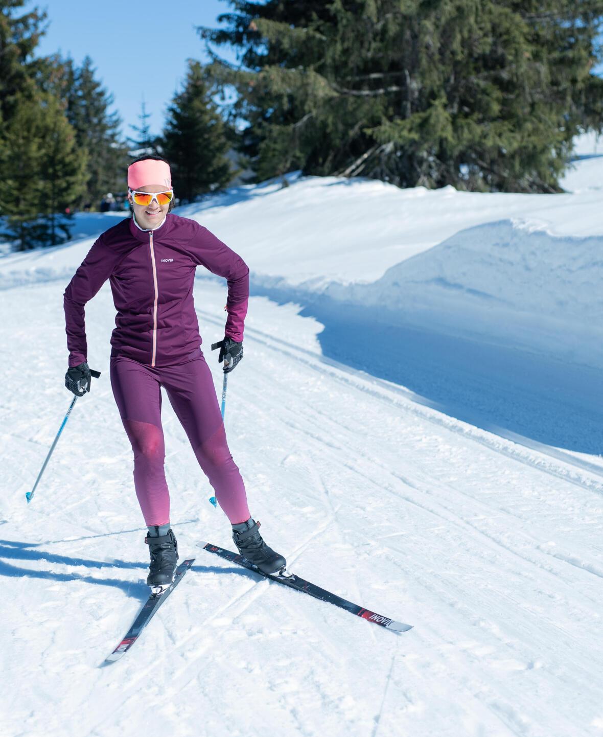femme en plein course de ski de fond