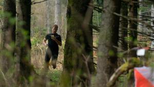Een man wandelt in een bos