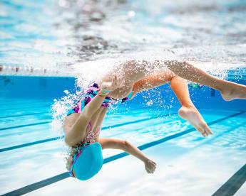 Enfant sous l'eau