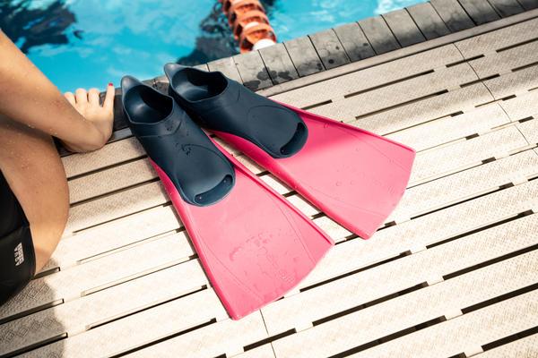 Trainiere deine Beinmuskulatur mit Schwimmflossen von nabaiji, arena und speedo