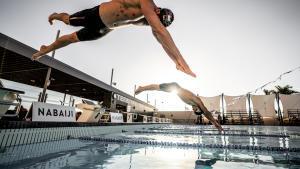Twee mannen die duiken