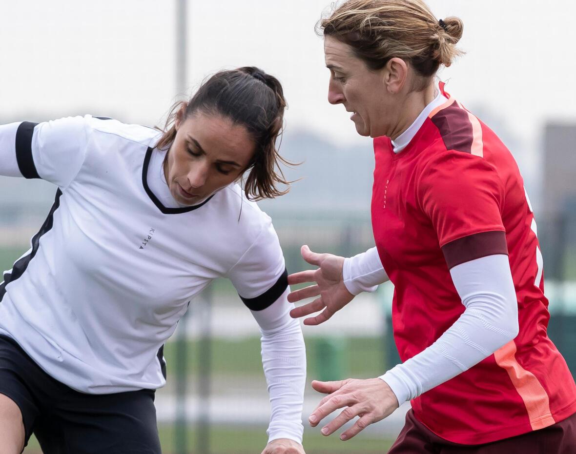 femmes qui pratiquent le soccer par temps froid en portant un sous-maillot