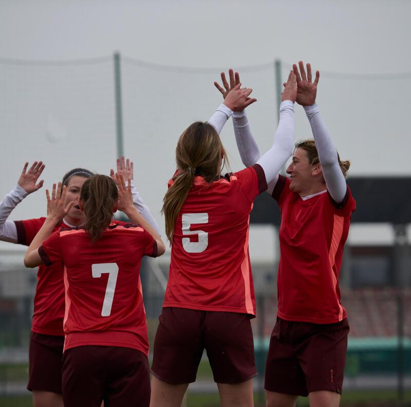 Jeunes femmes célébrant un but lors d'une partie de soccer
