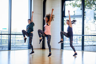 femmes qui dansent dans une classe de zumba