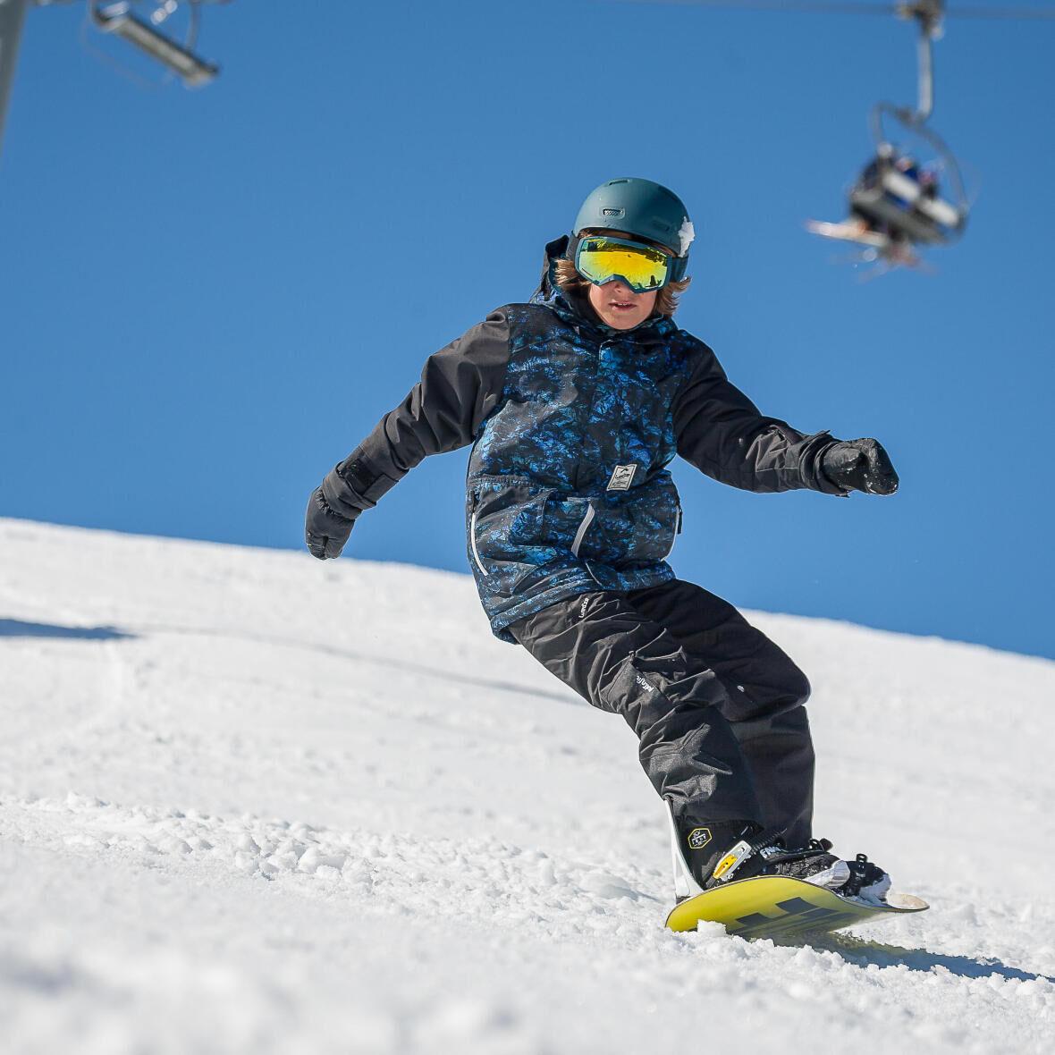 garçon sur une planche à neige