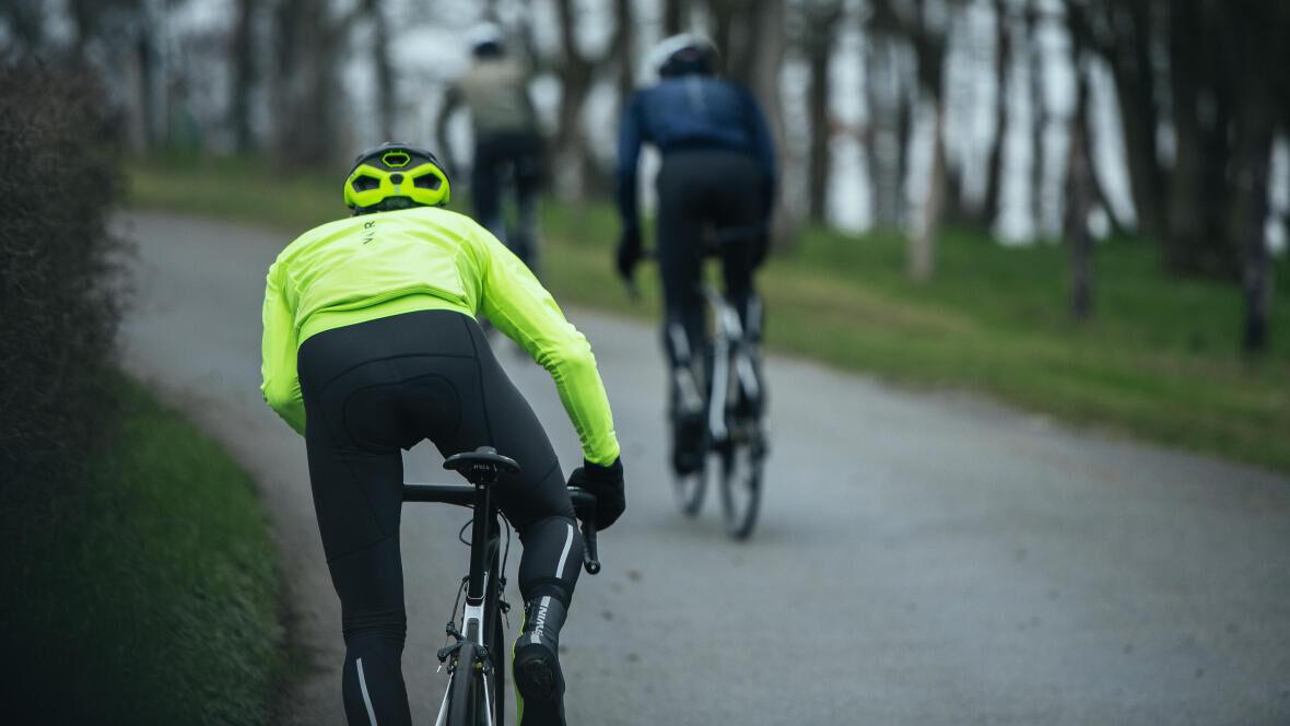 Een fietser die fietst met een B'twin.