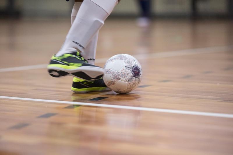 100 Hybrid 63cm Futsal Ball - White