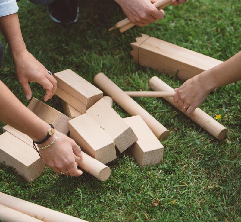 Découvrez les règles du jeu du Kubb, un sport de précision pour développer votre esprit stratège.