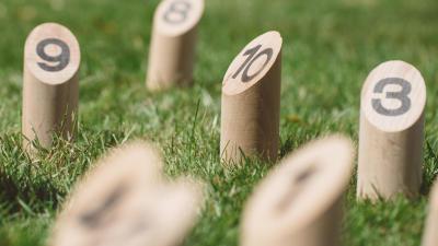 jouer-petanque-quilles-jardin.jpg