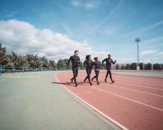 RW900-chaussure-marche-athletique-histoire-continue-presse