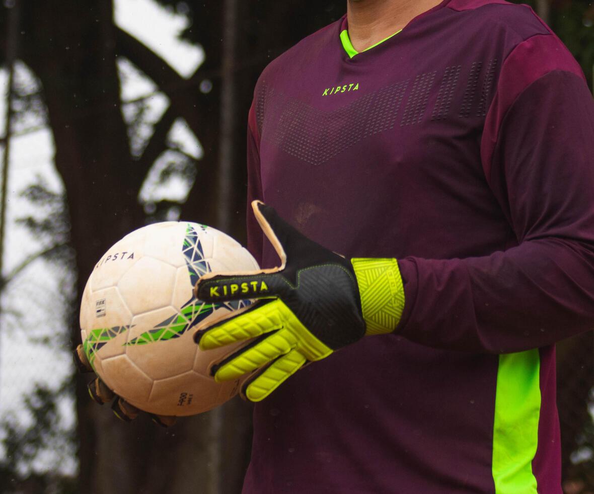 gants sur le terrain de soccer