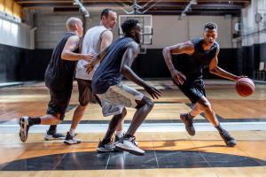 poser utiliser défendre sur un écran au basket