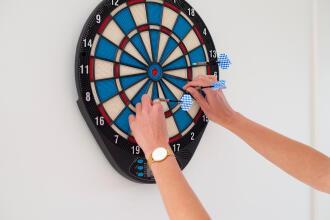 Jouer-enfants-fléchettes-maison-darts-decathlon-canaveral