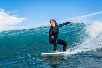 combinaison-de-surf-front-zip-vs-back-zip-le-comparatif
