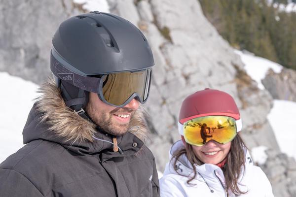Mann mit Skihelm