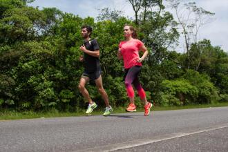 deux personnes courent