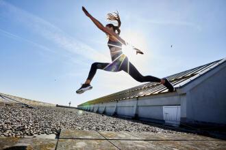 femme qui saute dans les airs