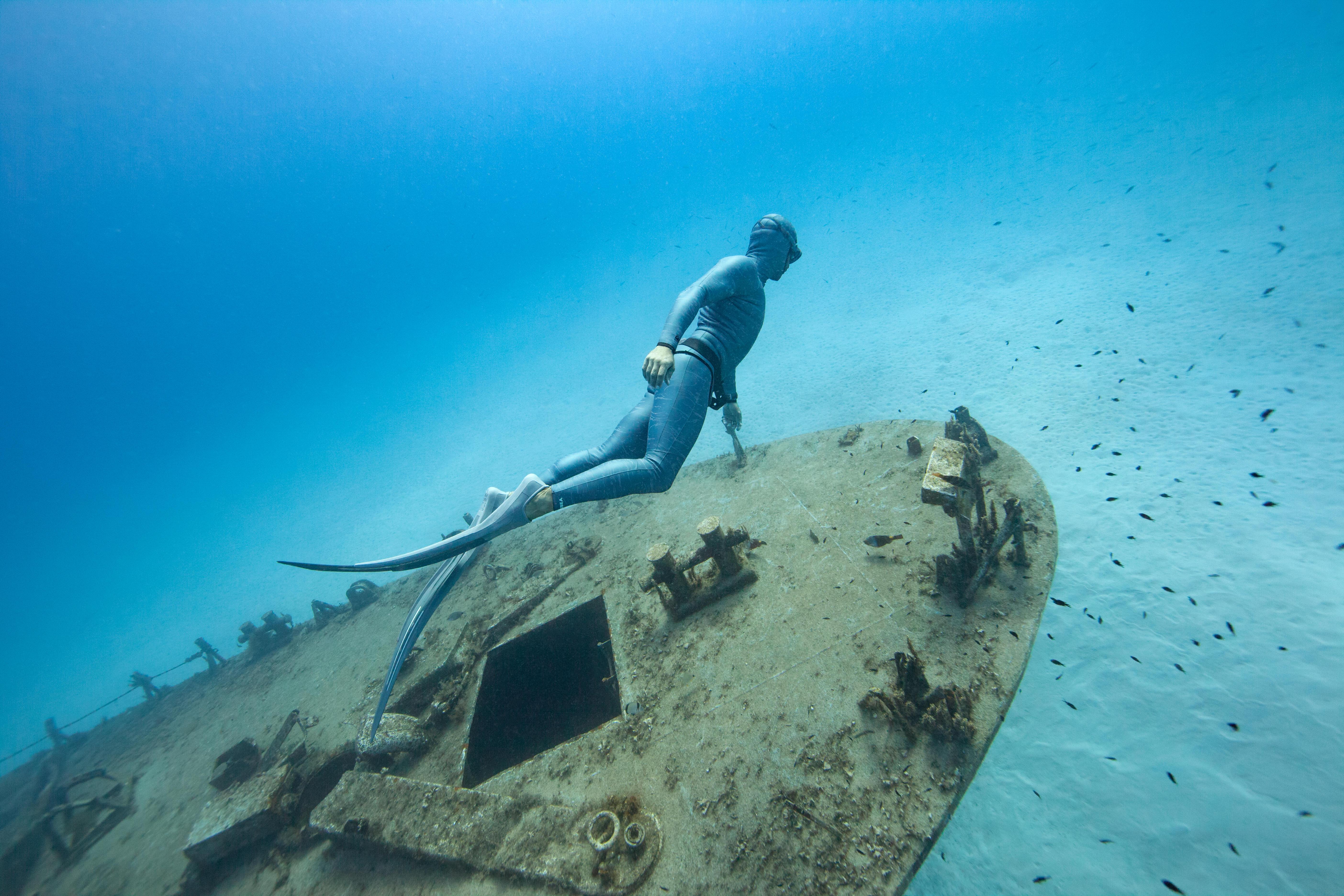 Entdecke die Auswahl an Freediving Bekleidung, Flossen und Apnoemasken