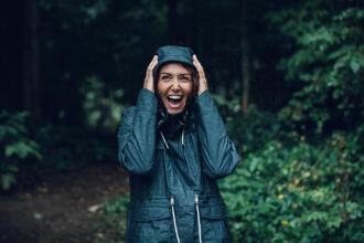 femme riant sous la pluie