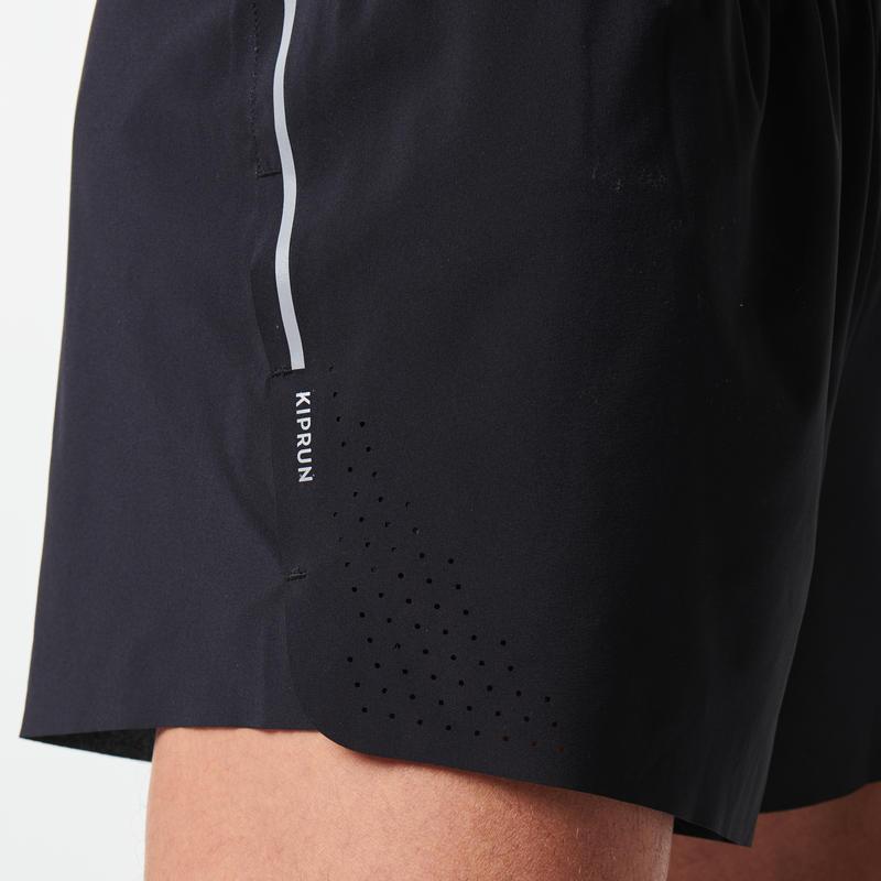 กางเกงวิ่งขาสั้นสำหรับผู้ชายรุ่น KIPRUN LIGHT+ (สีดำ)