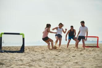 Vijf voetbalspelletjes op het zand