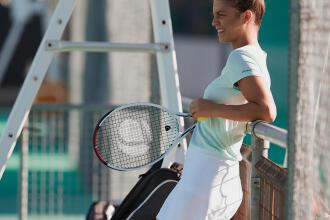 femme prête à jouer avec sa raquette de tennis