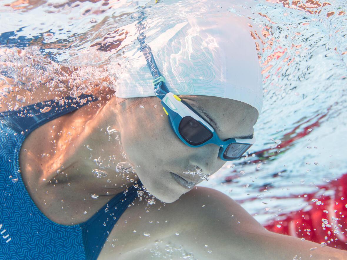 Astuce des nageurs en compétition : utiliser deux bonnets de bain