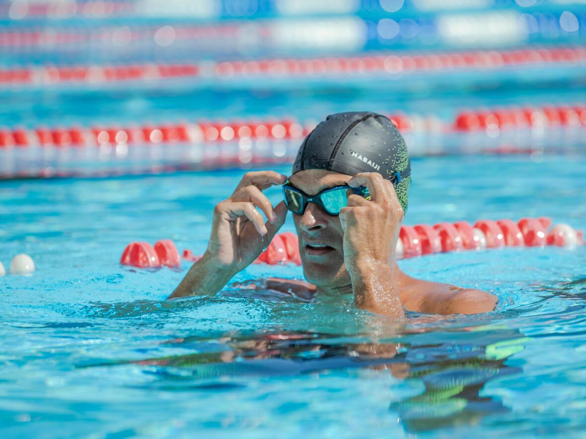 La perte des lunettes de natation peut aussi être due à la position bras-tête