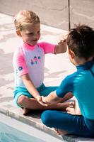 Maillot de bain shorty anti UV bébé manches courtes blanc bleu et rose imprimé