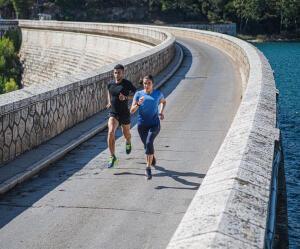 duas pessoas a correr em performance