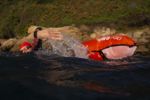 Freiwasserschwimmen-mit-Sicherheitsboje-für-mehr-Sicherheit