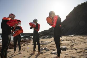 pessoas encher bóias natação águas abertas