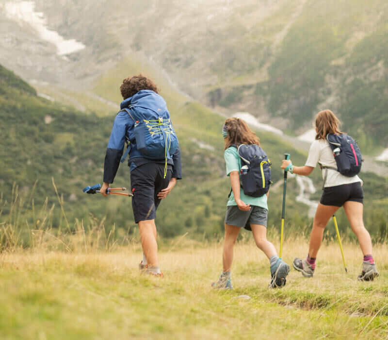 What to take in your backpack when going hiking with your pre-teen - title