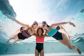mulheres na piscina a nadar de fato de banho