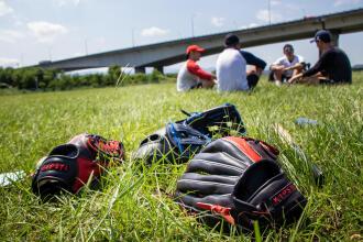 棒球|手套放哪兒,教你棒球手套怎麼擺比較好!!