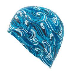 SILICONE SWIM CAP 500 PRINT - WAVE BLUE
