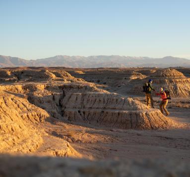 trek dans le désert du sahara au Maroc avec des bédouins