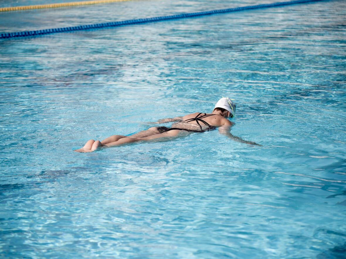 Virginie Dedieu upside down sculling