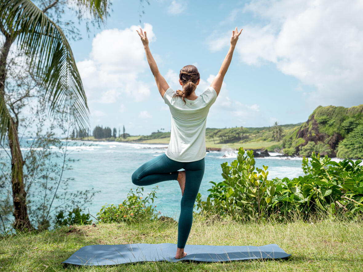 woman yoga in front of the sea