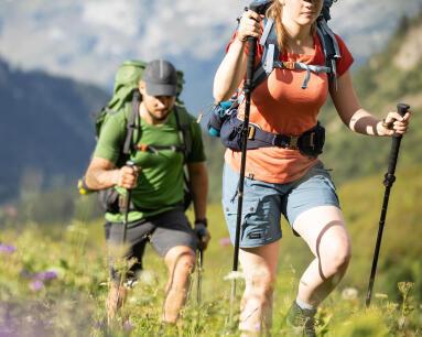6 bienfaits de la randonnée - batons