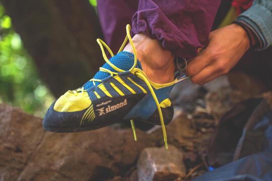 escalador a calçar um pé de gato
