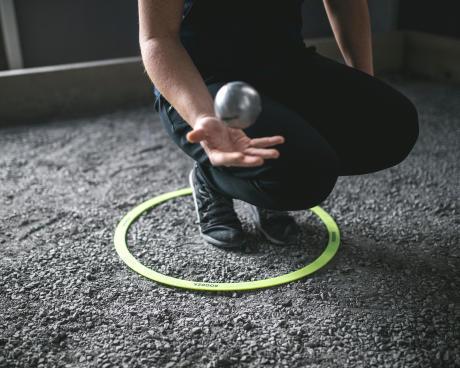 Jouez à la pétanque à partir du cercle.