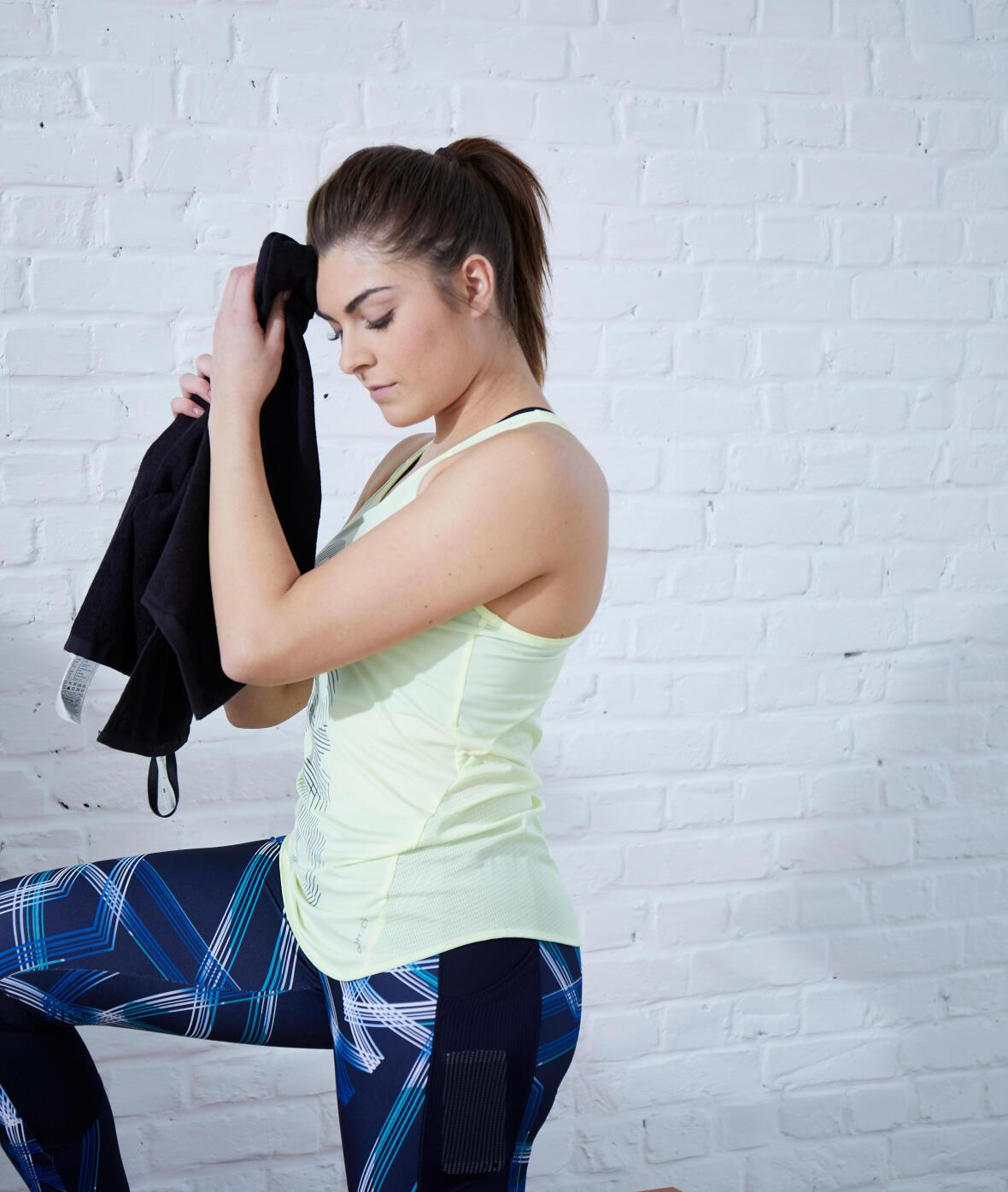 Une femme prend une pause de son entraînement