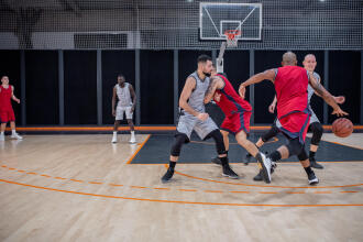des joueurs disputent un match de basketball