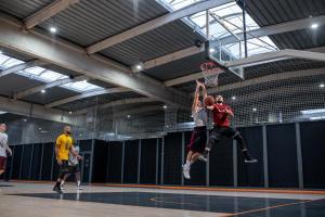 taille-basketball-homme-ballon