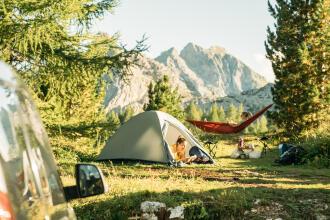 2 femmes en camping profitant du silence de la nature